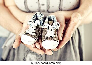 子供, 保有物, 家族, 恋人, 親, 新生, 生まれる, スニーカー, 毛糸編み幼児靴, 赤ん坊, 新しい, 手