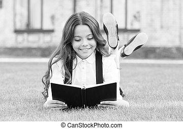子供, 卵を生む, 読書, education., book., 屋外で, わずかしか, 女生徒, extracurricular, 学びなさい, 勉強, reading., 小さい, concept., 愛らしい, 女の子, ユニフォーム, お気に入り, 本, かわいい, 芝生, 基本, 学校