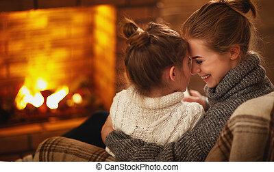 子供, 夕方, 冬, 家族, 母, 笑い, 抱擁, 暖炉