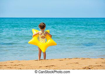 子供, 年, ヒトデ, 女の子, 黄色, 形態, 3, 顔つき, 立つ, sea., 古い, 背中, リング, 光景, 水泳, わずかしか