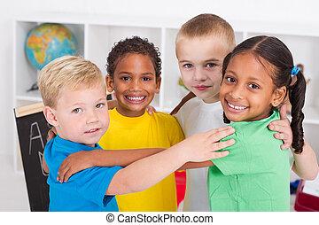 子供, 幼稚園, 抱き合う, 幸せ