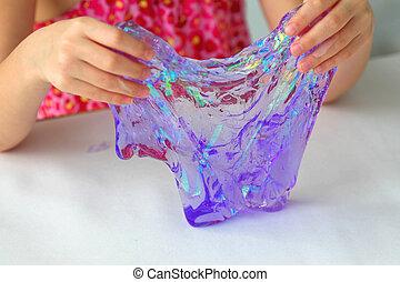 子供, 楽しみ, 創造的, 手, 手製, 科学, experiment., 保有物, 粘着物, ある, おもちゃ, 呼ばれる, 持つこと