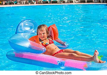 子供, 水泳, 上に, 膨らませることができる, 浜, mattress.
