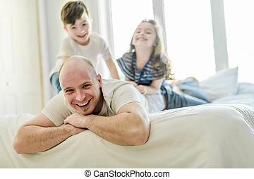 子供, 父, 2, ベッド, 一緒に, 楽しみ, 持つこと, 幸せ