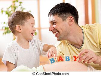 子供, 男の子, そして, 彼の, お父さん, 遊び, ∥で∥, 立方体, 上に, 妊娠した, 母, 腹