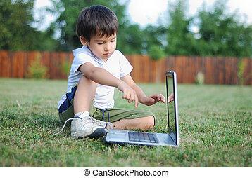 子供, 芝生に, ∥で∥, ラップトップ