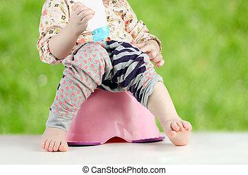 子供, 足, 掛かること, 下方に, から, a, chamber-pot, 上に, a, 緑の背景