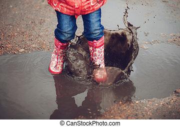 子供, 身に着けていること, ピンク, 雨ブーツ, 跳躍, に, a, 水たまり
