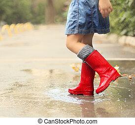 子供, 身に着けていること, 赤, 雨ブーツ, 跳躍, に, a, 水たまり