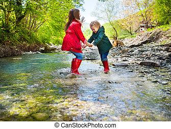 子供, 身に着けていること, 雨ブーツ, 跳躍, に, a, 山, 川