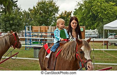 子馬, 乗車, お母さん, 女の子, よちよち歩きの子, 最初に