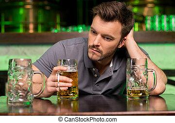 孤独, 人, 中に, bar., 憂うつにされた, 若者, 飲むこと, ビール, そして, 手を持つ, 中に, 毛, 間, モデル, 中に, バー