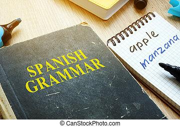 学びなさい, スペイン語, 文法, concept., 本, そして, ノート, 上に, a, desk.