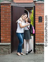 学校, 去ること, 母, 接吻, 女の子, 前に