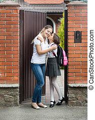 学校, 去ること, 母, 接吻, 女の子, 前に, 幸せ