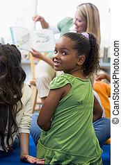 学生, クラスで, カメラを見る, ∥で∥, 教師, 読書, 中に, 背景, (selective, focus)