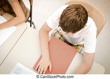 学生, 中に, 学校の クラス, 勉強, ∥あるいは∥, 執筆, テスト