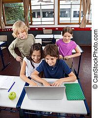 学童, ラップトップを使用して, 机, 中に, 教室