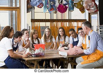 学童, 同时,, 教师, 坐, 大约, a, 桌子, 在中, 艺术类别