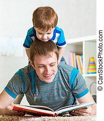 孩子男孩, 以及, 父親, 閱讀, a, 書, 上, 地板, 在家