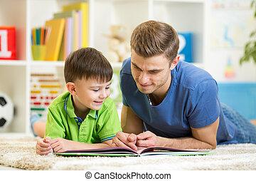 孩子男孩, 以及, 爸爸, 閱讀, a, 書, 上, 地板, 在家