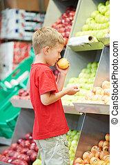 孩子男孩, 做, 水果, 蔬菜, 購物