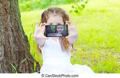 孩子, 做, 自我肖像, 上, smartphone, 在, 夏天, 公園, 屏幕, 看法