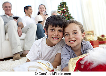 孩子, 在地板上躺, 带, 他们, 家庭, 在中, 圣诞节