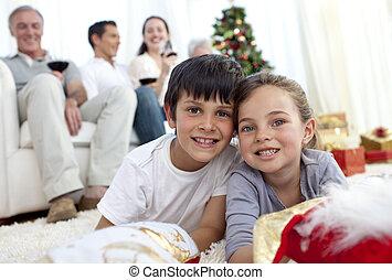 孩子, 在地板上躺, 由于, 他們, 家庭, 在, 聖誕節