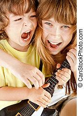 孩子, 演奏吉他, 唱