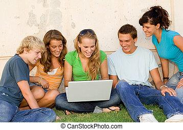 孩子, 由于, 膝上型, 看, 網際網路
