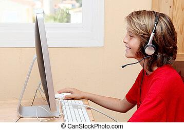 孩子, 由于, 頭戴收話器, 或者, 耳機, 听音樂, 或者, 聊天, 上, 家, 或者, 學校, 個人電腦電腦