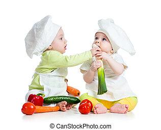 孩子, 男孩和女孩, 穿, a, 廚師帽子, 由于, 健康的食物, 蔬菜