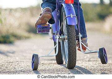 孩子, 自行车, 带, 训练轮子, closeup