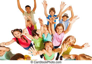 孩子, 跳躍, 以及, 舉起, 手, 在空中