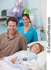 孩子, 躺, 上, a, 醫學, 床, 在旁邊, 他的, 父親