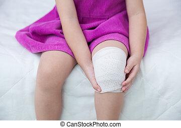 孩子, injured., 創傷, 上, the, 孩子的, 膝蓋, 由于, bandage.