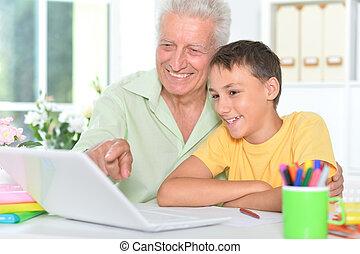 孫, 使うこと, 家, 祖父, 肖像画, ラップトップ