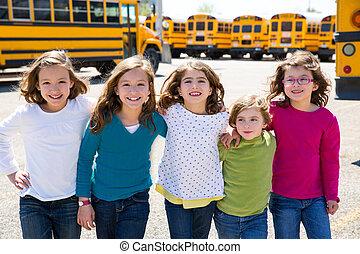 學校女孩, 朋友, 在一行中, 步行, 從, 學校公共汽車