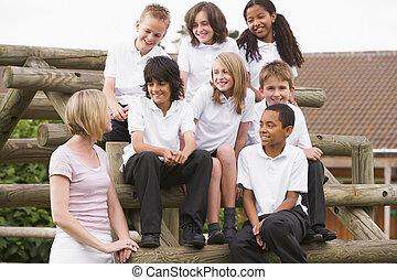 學校孩子, 坐, 上, 長凳, 外面, 由于, 他們, 老師