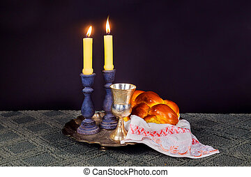 安息日, image., challah, bread, 以及, candelas, 上, 木製的桌子