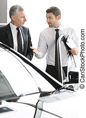 完全, you., クラシック, これ, 自動車, 決定, 若い, 地位, 助力, 販売会社, クライアント, セールスマン, 作りなさい, ハンサム
