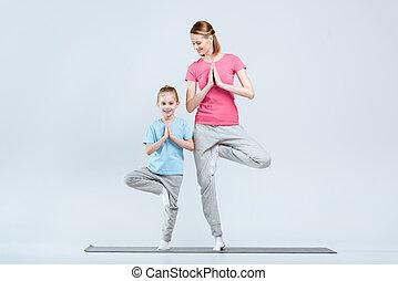 实践, 象运动员, vrikshasana, 妈妈, 形成, 树, 或者, 一起, 女儿, 白色, 瑜伽, 微笑