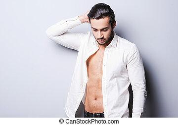 実質, 地位, 頭, ボタンをはずされる, ワイシャツ, 灰色, に対して, 若い, macho., 間, 背景, 保有物, 人, 手, ハンサム