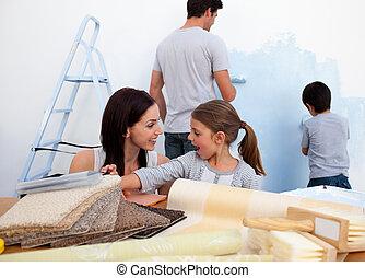 家が飾り付ける, ∥(彼・それ)ら∥, 新しい, 微笑, 家族