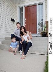 家庭肖像, 坐, 前面, 他們, 房子