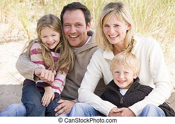 家庭, 坐在海滩上, 微笑