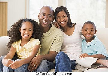 家庭, 坐, 在, 客廳, 微笑