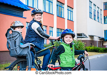 家庭, 循环, 妈妈, 带, 开心, 孩子, 摆脱自行车, 在户外