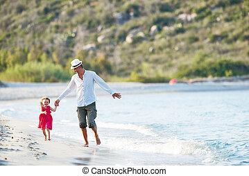 家庭, holidays., 父親, 由于, 小女孩, 上, 海, 海灘
